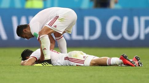 שחקני איראן שבורים על הדשא בסיום (רויטרס)