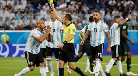 שחקני ארגנטינה מוחים בפני השופט (רויטרס)