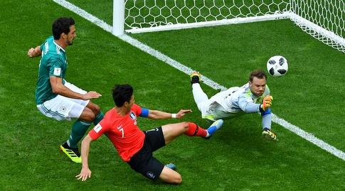 מנואל נוייר הודף את הכדור (רויטרס)