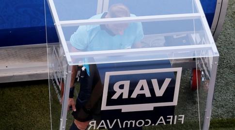 נסטור פיטאנה נעזר במערכת ה-VAR (רויטרס)
