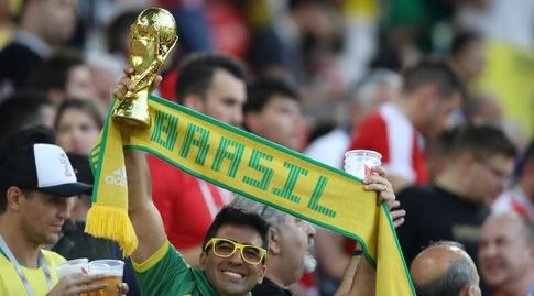 אוהד ברזיל עם הגביע הנכסף (מערכת ONE)