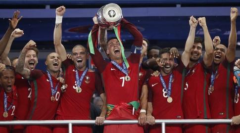כריסטיאנו רונאלדו מניף את גביע היורו ב-2016 (רויטרס)