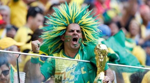 אוהד ברזיל בטירוף ביציע (רויטרס)