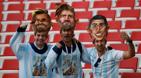 אוהדי ארגנטינה עם תחפושת יצירתית (רויטרס)