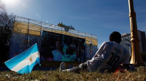 ילד ארגנטינאי צופה במסי וארגנטינה (רויטרס)