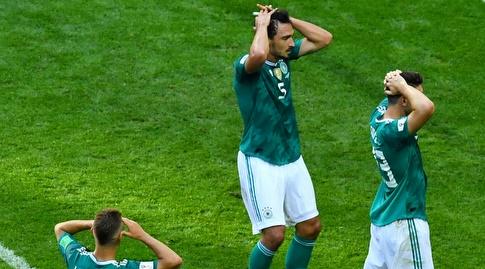 שחקני גרמניה תופסים את הראש (רויטרס)