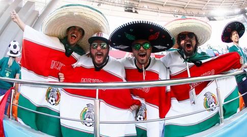 אוהדי מקסיקו בלבוש מסורתי ביציע (רויטרס)