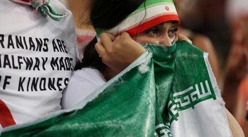 אוהדת איראן ביציע (רויטרס)