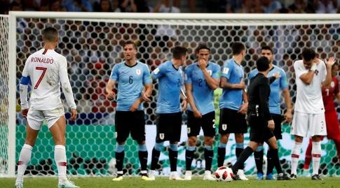 כריסטיאנו רונאלדו מתכונן לבעיטה חופשית מול אורוגוואי (רויטרס)