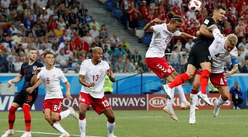 דיאן לוברן במאבק אווירי מול שחקני דנמרק (רויטרס)