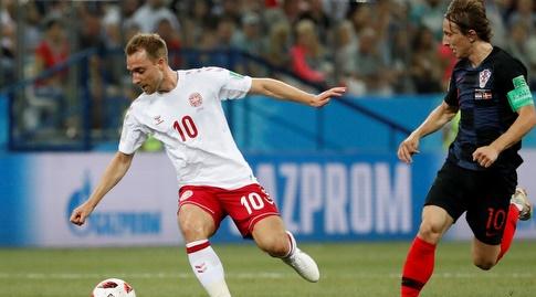 כריסטיאן אריקסן עם הכדור מול לוקה מודריץ' (רויטרס)