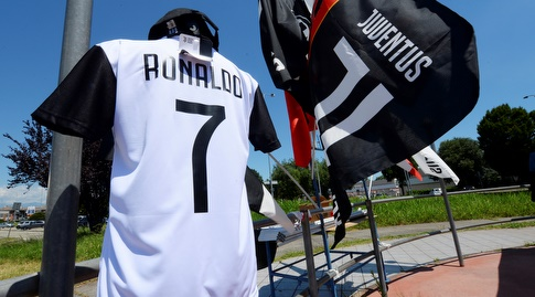 חולצה של רונאלדו בטורינו. כמו לחמניות (רויטרס)