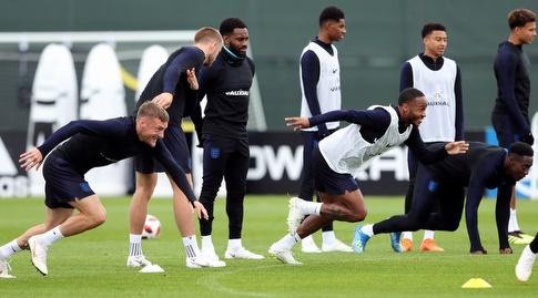שחקני אנגליה באימון. דריכות שיא (רויטרס)