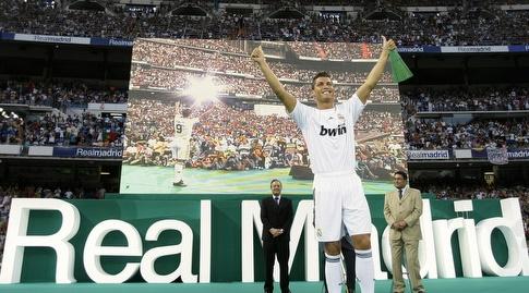 רונאלדו מוצג בריאל מדריד מול הקהל הנלהב בברנבאו, תחילתו של סיפור אהבה (רויטרס)