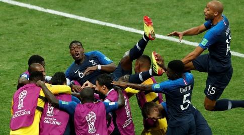 שחקני צרפת מניפים את פול פוגבה (רויטרס)
