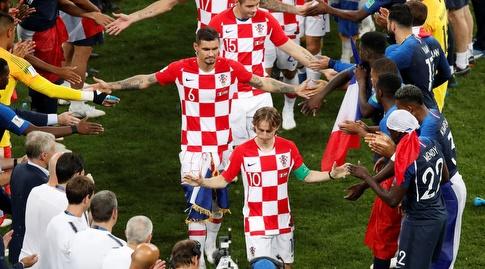 שחקני קרואטיה זוכים לכבוד משחקני צרפת (רויטרס)