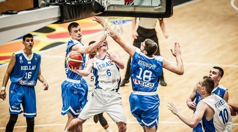 גיל בני מנסה לקלוע ליי אפ (FIBA)
