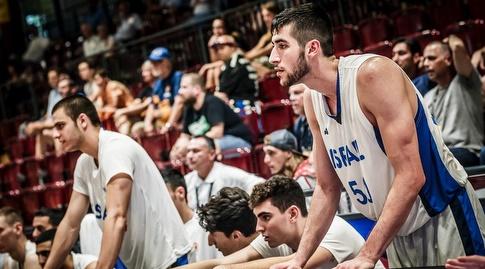 יובל זוסמן מעודד מהספסל (FIBA)