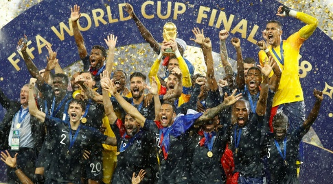 שחקני נבחרת צרפת מניפים את הגביע (רויטרס)