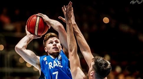 מירון רוינה מנסה לזרוק לסל (FIBA)