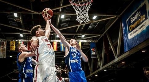 עידו פליישר מנסה לחסום (FIBA)