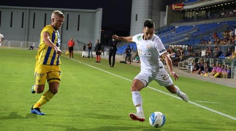 רוסלן ברסקי מנסה לקחת את הכדור (שחר גרוס)