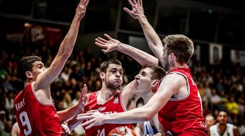 עידו פליישר מוקף קרואטים (FIBA)