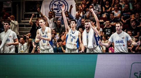 שחקני ישראל חוגגים (FIBA)