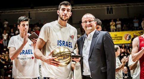 יובל זוסמן עם גביע ה-MVP (דוברות איגוד הכדורסל)