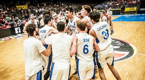 שחקני הנבחרת חוגגים (FIBA)