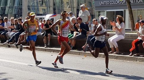 """מארו טפרי (מימין) בנקודת ה-9 ק""""מ (באדיבות איגוד האתלטיקה)"""