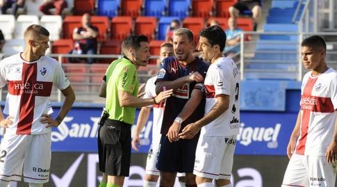 סרג'י אנריך מתווכח עם השופט (La Liga)