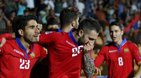 שחקני ארמניה חוגגים על ליכטנשטיין (רויטרס)
