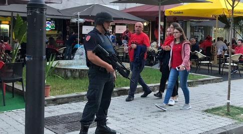 שוטר מחוץ לאצטדיון באלבניה (עמית קרקו)