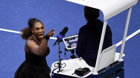 """סרינה וויליאמס צורחת על השופט באותו הפסד בלתי נשכח בגמר ארה""""ב (רויטרס)"""