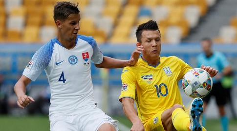 ייבן קונופליאנקה ולובומיר סאטקה נאבקים על הכדור (רויטרס)