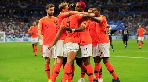 שחקני נבחרת הולנד חוגגים (רויטרס)