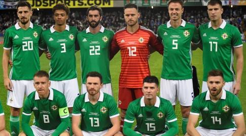 שחקני נבחרת צפון אירלנד לפני שריקת הפתיחה (רויטרס)