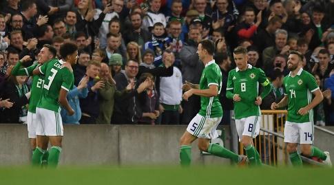 שחקני צפון אירלנד חוגגים את השער השלישי (רויטרס)