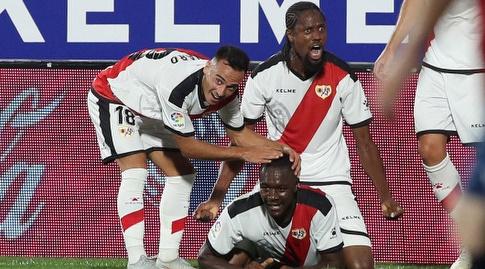 שחקני ראיו וייקאנו חוגגים עם גילברט אימבולה (La Liga)