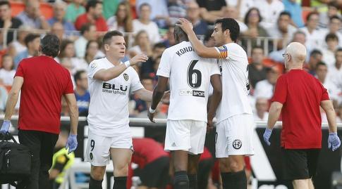 שחקני ולנסיה מעודדים את ג'ופרי קונדוגביה הפצוע (La Liga)