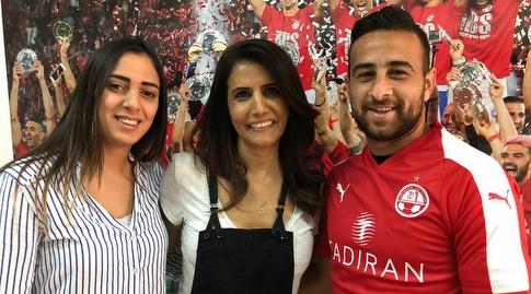 """דיא סבע ואשתו נרמין עם אלונה ברקת (הפייסבוק של הפועל ב""""ש)"""