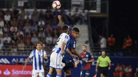 קוצ'ו הרננדס ויוסבה סלדואה נאבקים על הכדור (La Liga)