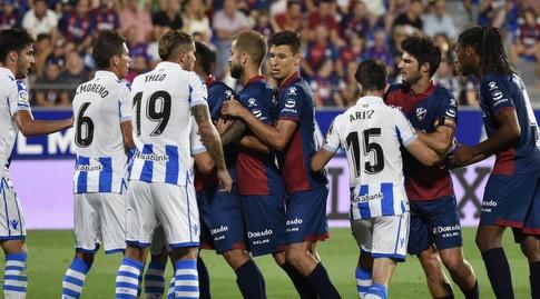 שחקני ווסקה וריאל סוסיאדד נאבקים על הכדור (La Liga)