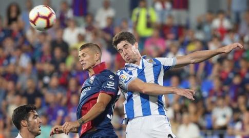 אריץ אלוסטונדו וסמואל לונגו נאבקים על הכדור (La Liga)