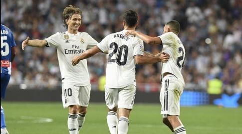 לוקה מודריץ' מחבק את מרקו אסנסיו (La Liga)