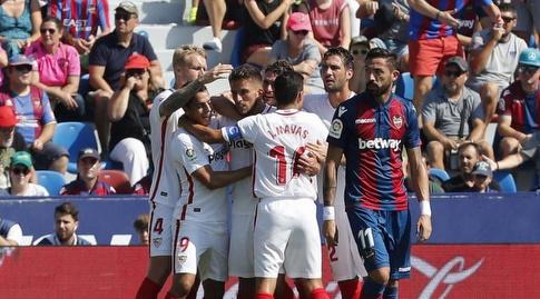 שחקני סביליה חוגגים, הקהל המקומי מאוכזב (La Liga)