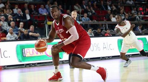 ג'ונתן הולמס עם הכדור (FIBA) (מערכת ONE)