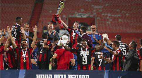 יוגב לרמן והפועל קטמון מניפים את גביע הטוטו של הלאומית (איציק בלניצקי)