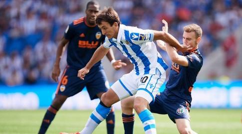 מיקל אויארסבאל מנסה לשמור על הכדור (La Liga)